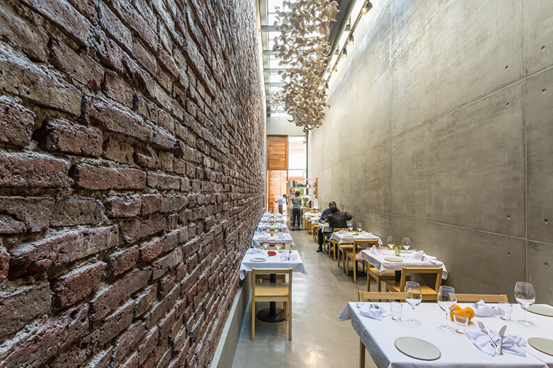 El Papagayo: da strettoia di passaggio a ristorante di design