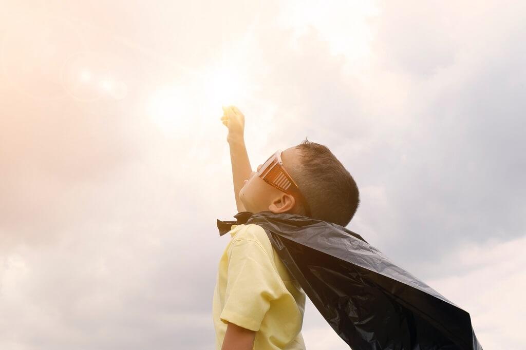 I bambini felici dormono con i supereroi