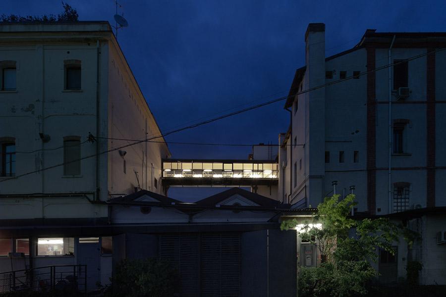 La casa con il ponte sospeso di boa studio for Ponte intorno alla casa