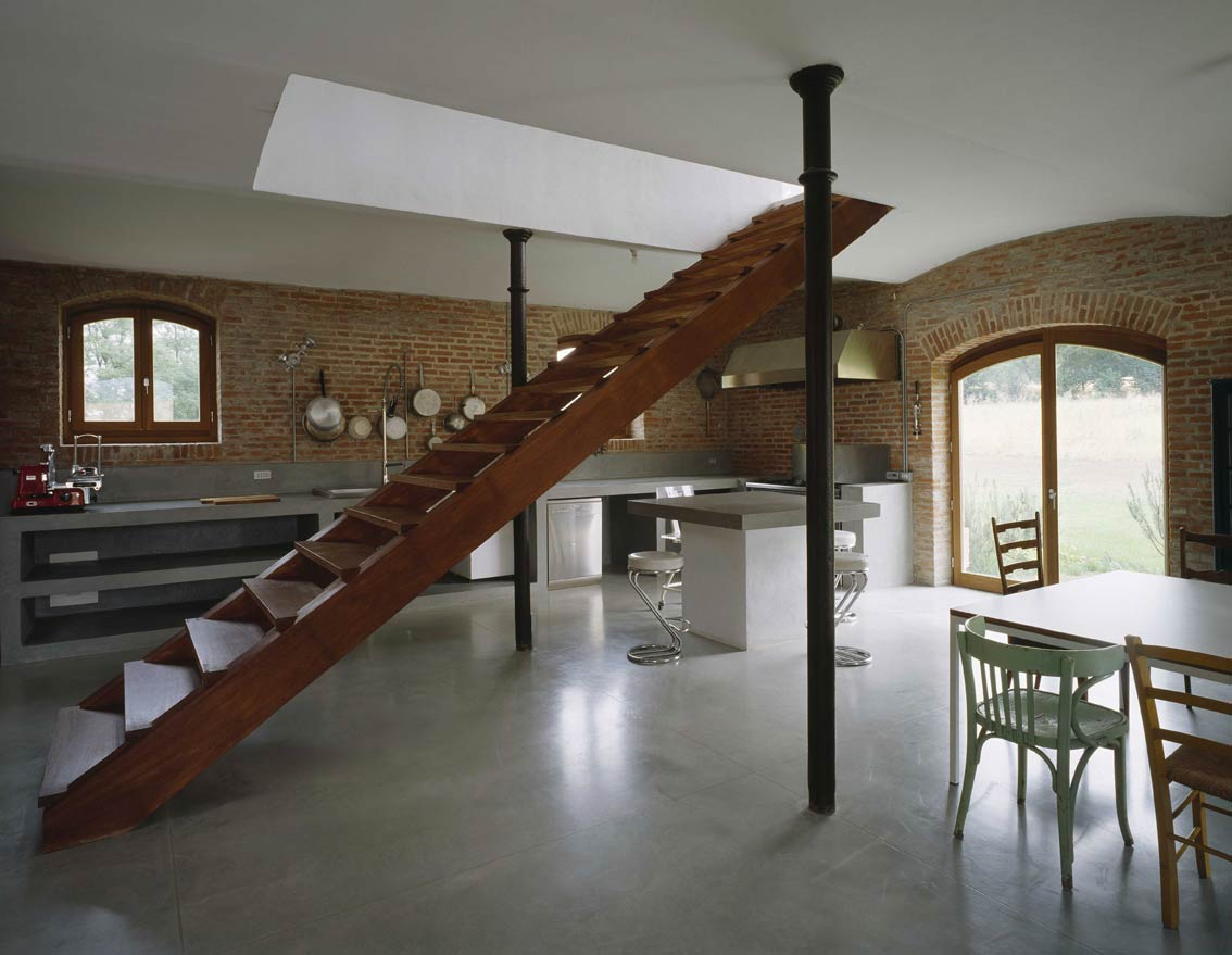 Rural chic in val tidone for Barn house interior designs
