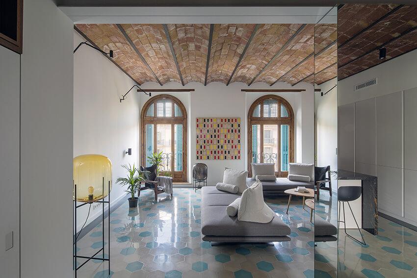 House of Mirrors: ristrutturazione a tutto specchio ne cuore di Barcellona
