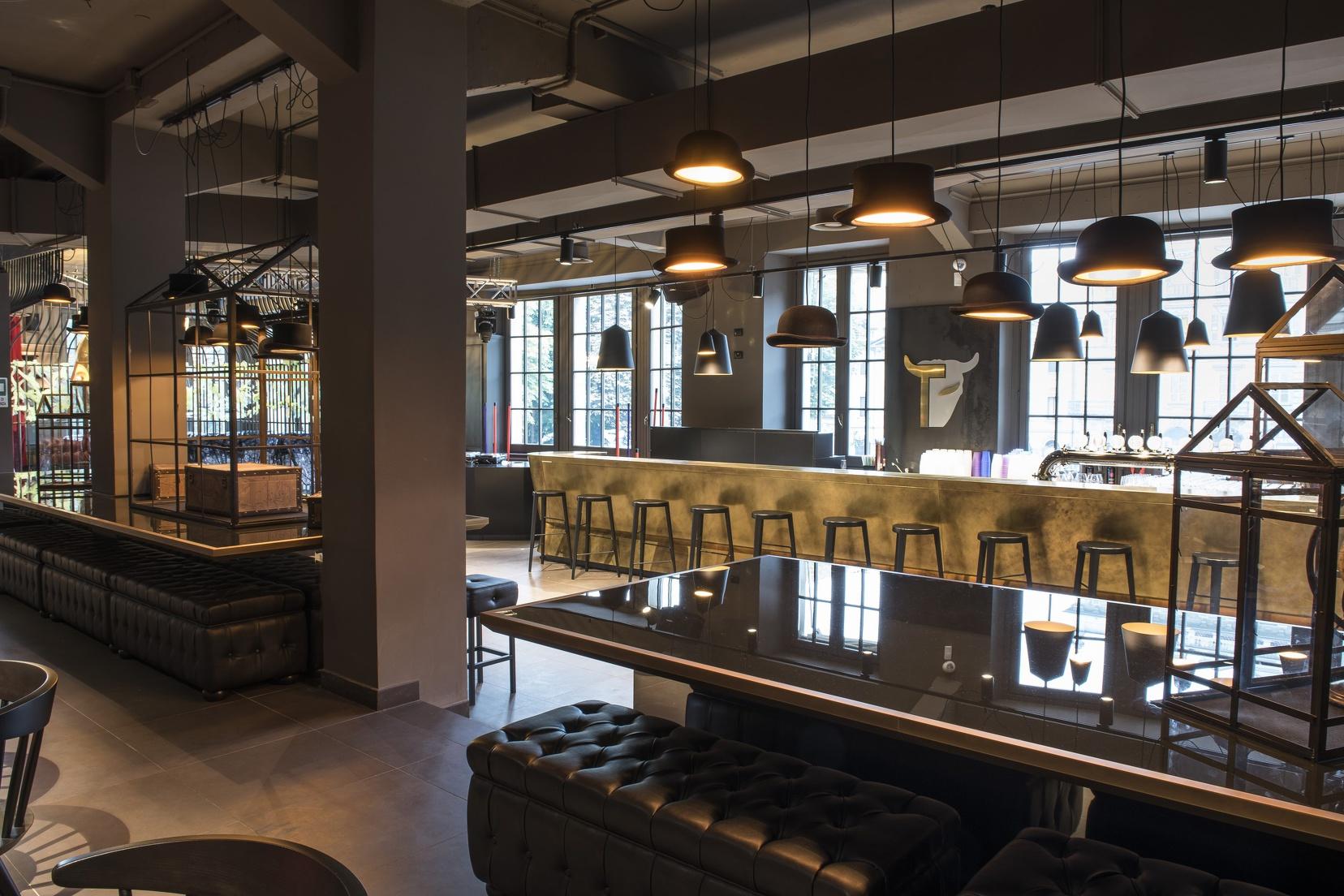 Lo sgabello sputnik di zilio a c arreda l elegante lounge for Torino arreda contract